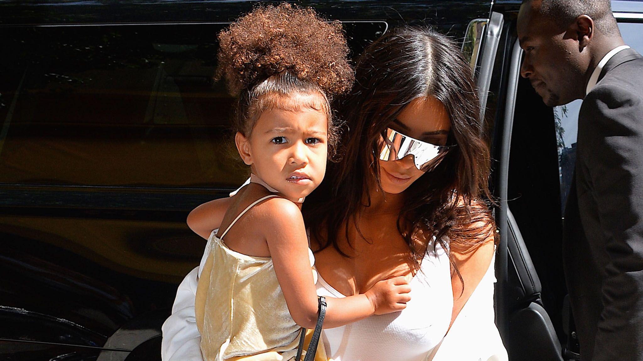98801adc6ff5e VIDEO Kim Kardashian utilise sa fille de 3 ans pour faire la pub de sa  ligne de vêtements pour enfants - Voici