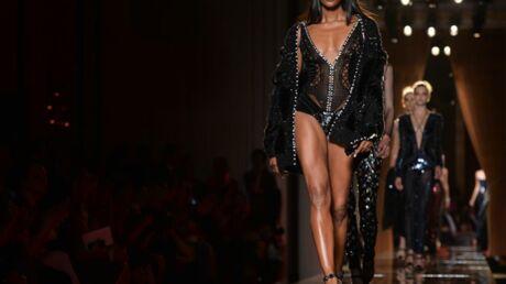 DIAPO Naomi Campbell: un défilé ultra sexy pour Versace devant un parterre de stars