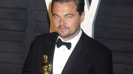 Oscars 2016: Leonardo DiCaprio s'auto-vanne lors de la gravure de sa statuette