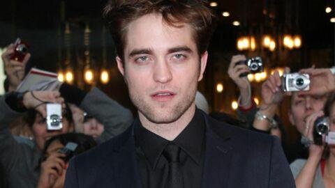 Robert Pattinson offre une guitare à un sans-abri
