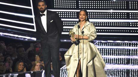 VIDEO Rihanna: la chanteuse embrasse enfin Drake sur scène