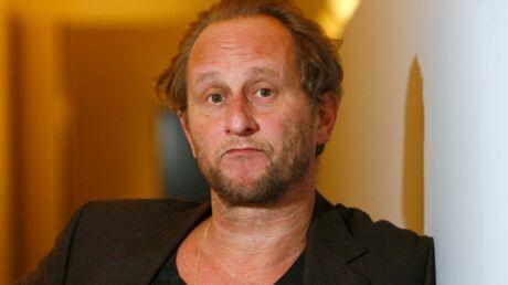 Benoît Poelvoorde visé par un lancer de… béquille