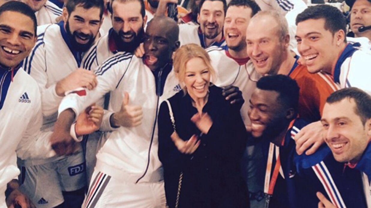 PHOTOS Kylie Minogue a félicité les handballeurs français dans les vestiaires