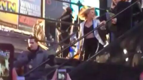 VIDEO Taylor Swift chute en sortant de scène à Times Square