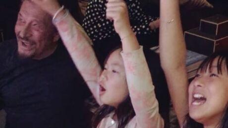 VIDEO Johnny Hallyday chante avec ses filles et il a une bonne raison d'être fier