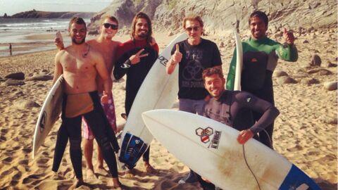 PHOTOS Johnny Hallyday se fait des potes surfeurs en vacances