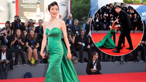 PHOTOS L'actrice Moon So-ri se casse la figure sur le tapis rouge à la Mostra de Venise