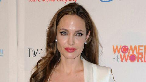 Angelina Jolie retire sa bague de fiançailles par pudeur