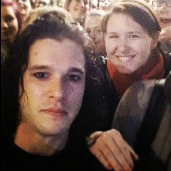 Kit Harington sans barbe : un membre des One Direction (= sorcellerie).