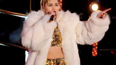VIDEO Miley Cyrus embrasse langoureusement une fan en plein concert
