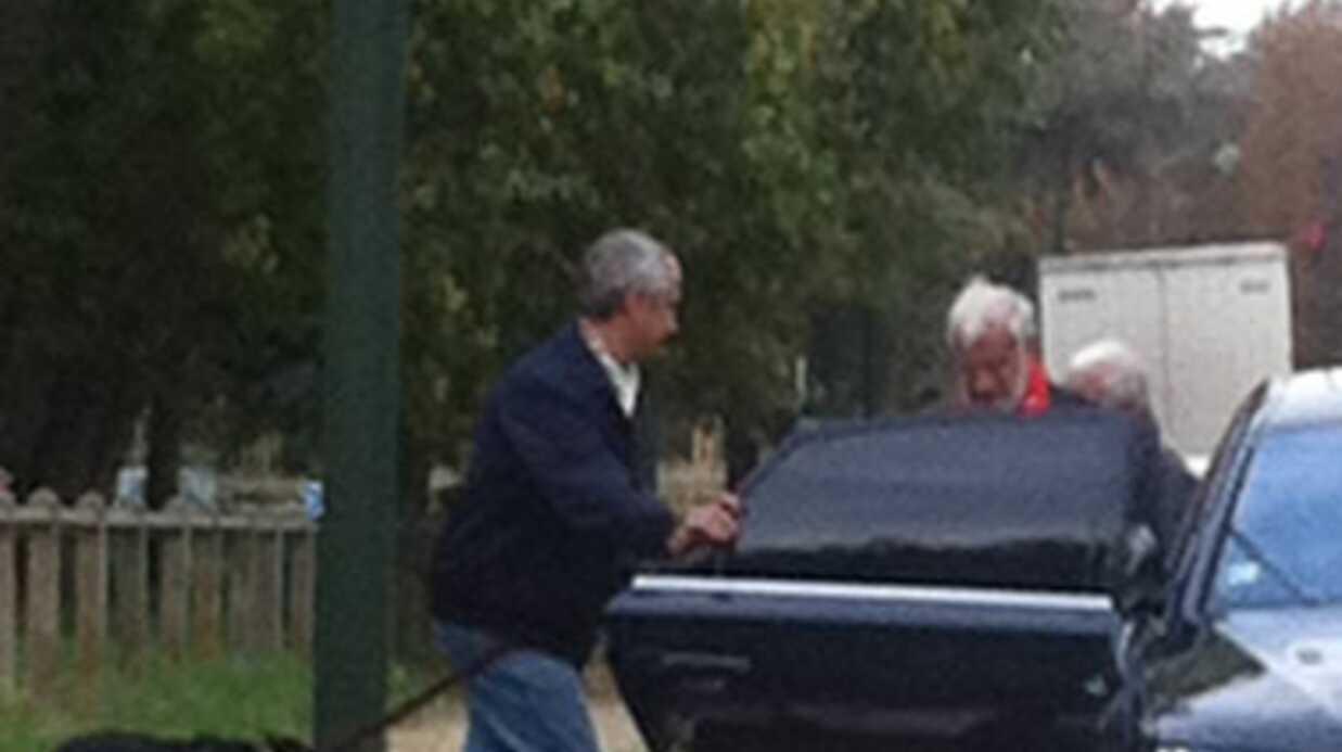 Jean-Paul Belmondo déchire une photo de Barbara en pleine rue