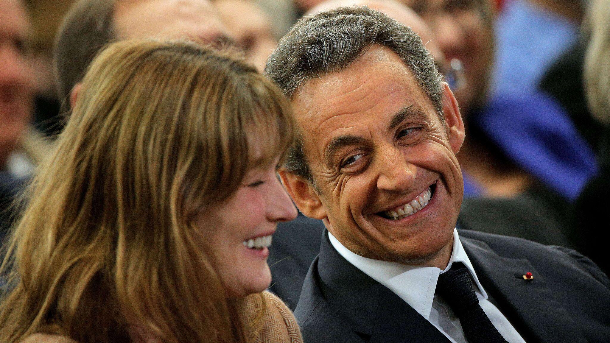 28c9519892 Comment Nicolas Sarkozy s est vanté devant ses ministres de la poitrine de  Carla Bruni - Voici