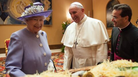 PHOTOS Elizabeth II rencontre le pape François et reçoit un cadeau pour George