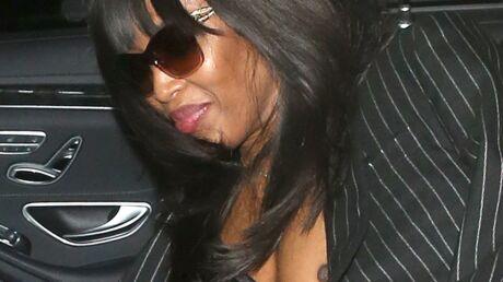PHOTOS Naomi Campbell laisse échapper un sein en descendant de voiture