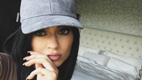 On sait enfin pourquoi Kylie Jenner pose toujours avec les doigts devant ses lèvres