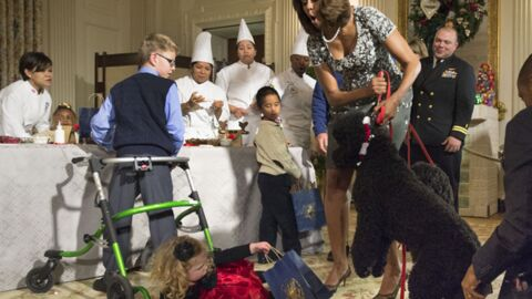 PHOTOS Michelle Obama maîtrise mal son chien… et fait tomber une fillette