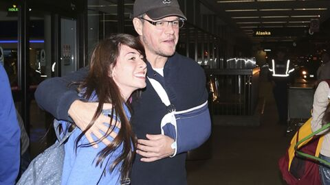 DIAPO Matt Damon dédicace avec un bras dans le plâtre (et un sac à dos rose)