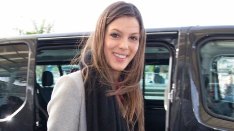 PHOTO Iris Mittenaere attend son avion… en bikini sexy