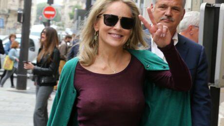 PHOTOS En promenade à Paris, Sharon Stone «oublie» de mettre un soutien-gorge