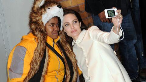 PHOTO Angelina Jolie réconforte une petite fan en larmes