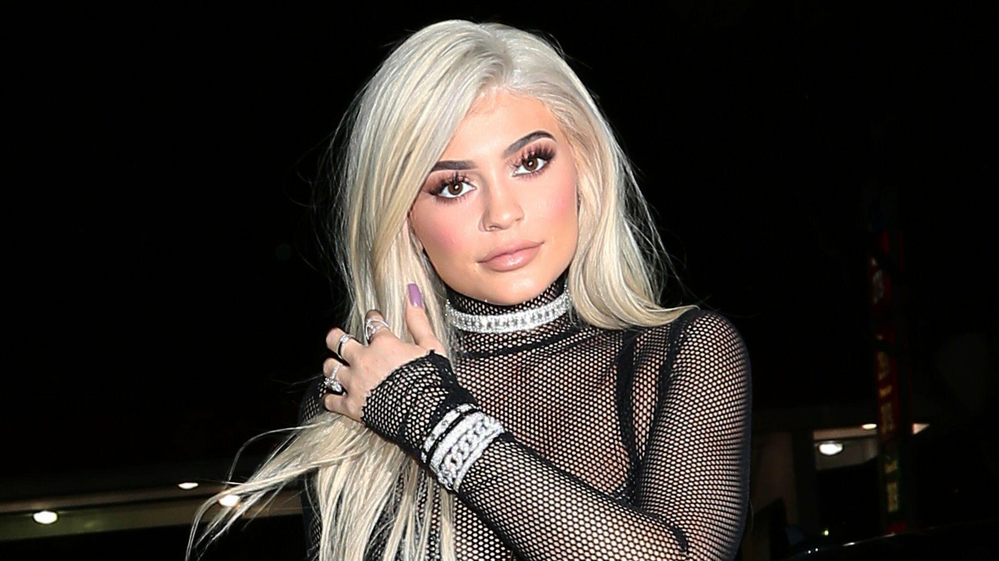 Jenner Pose Gros Serpent Voici En Un String Très Photo Kylie Avec LSzUGjqMVp