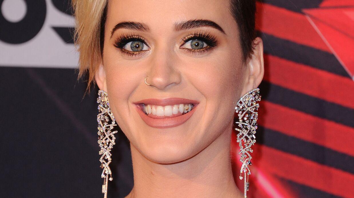 Katy Perry: photographiée avec un grand sourire et… de la nourriture plein les dents, elle s'en amuse