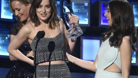 La robe de Dakota Johnson se fait la malle sur scène, elle en rigole