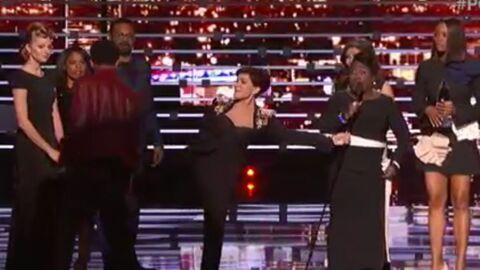 VIDEO Un homme surgit sur la scène des People's Choice Awards, Sharon Osbourne lui botte les fesses
