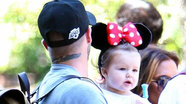 Chez Mickey, la petite sourit
