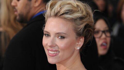Scarlett Johansson se fait tatouer lors d'une expo à Paris