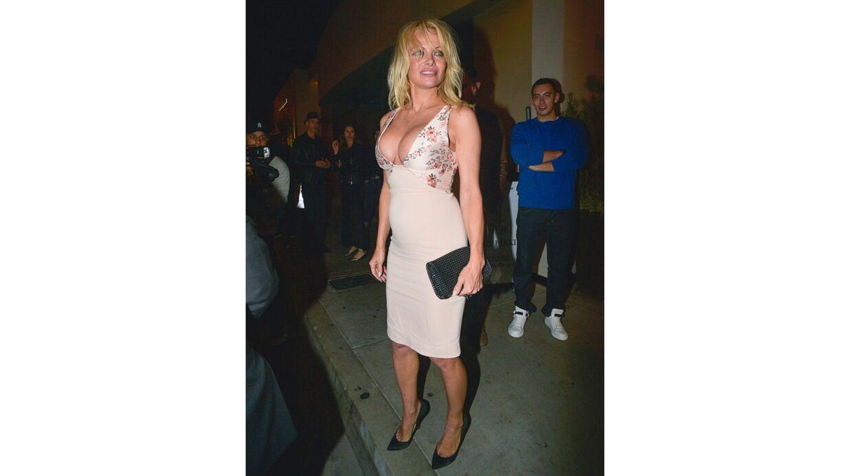 PHOTOS Pamela Anderson ultra sexy dans une robe TRÈS décolletée