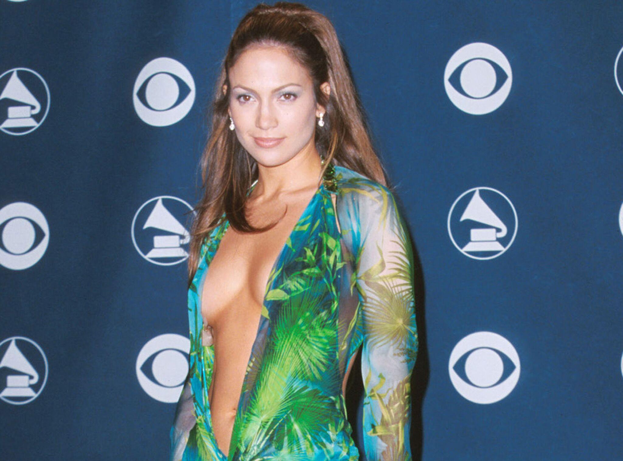 bf231252d79 Jennifer Lopez   sa fameuse robe verte ultra décolletée à l origine de  Google Images - Voici