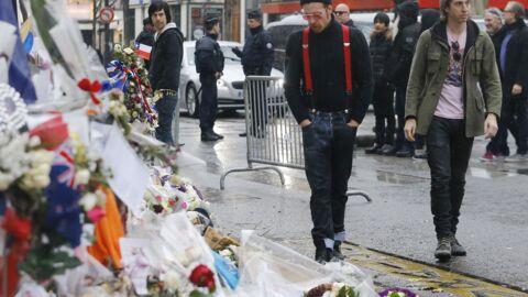PHOTOS Les Eagles of Death Metal en larmes devant le Bataclan pour un hommage aux victimes
