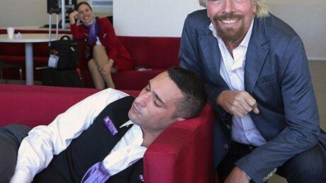 photo-richard-branson-surprend-un-de-ses-employes-en-pleine-sieste-et-pose-a-cote