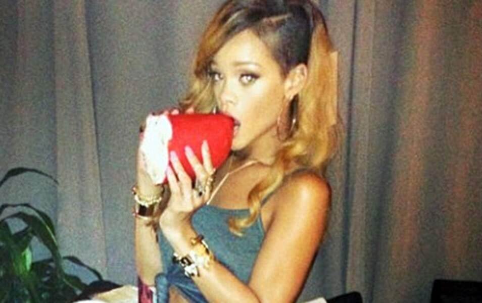 Rihanna mange un rouge à lèvres géant