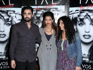 Tal entourée de sa maman et de son fiancé pour la première de son film
