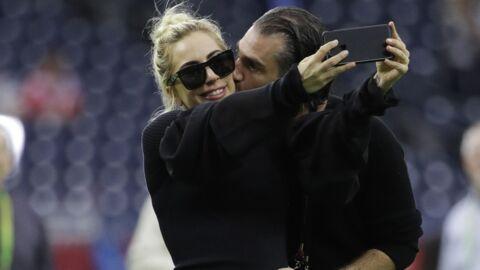 Lady Gaga a un nouveau chéri et il n'a pas d'autre choix que de la bichonner
