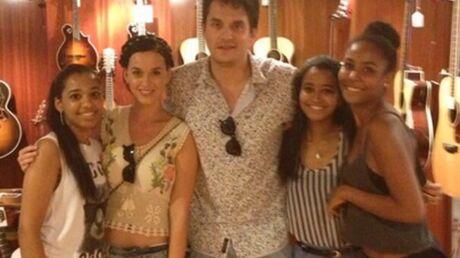 PHOTOS John Mayer et Katy Perry offrent une guitare à une fan rencontrée par hasard