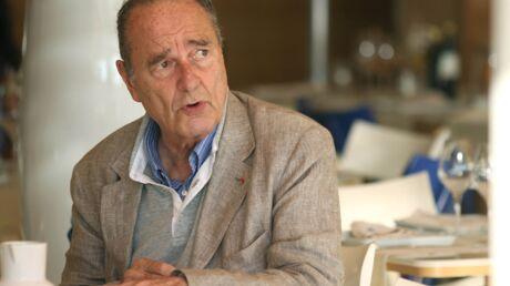 En vacances au Maroc, Jacques Chirac boit un verre avec un couple de touristes!
