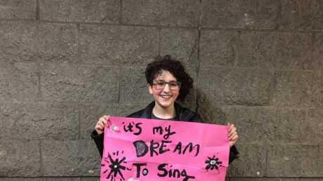 VIDEO Adele réalise le rêve d'une fan autiste en la laissant chanter Someone Like You sur scène