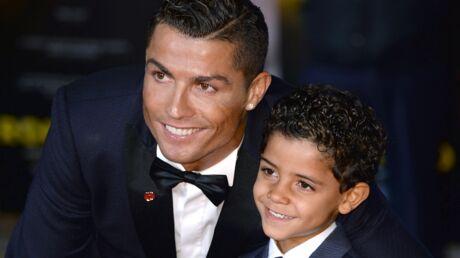 photos-cristiano-ronaldo-un-tendre-moment-avec-son-fils-de-5-ans-pour-la-premiere-de-son-film