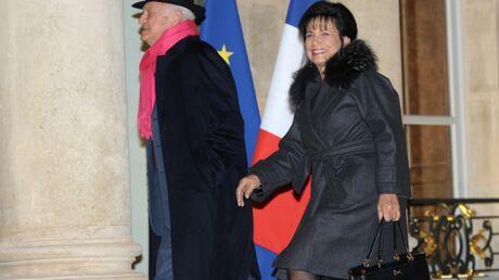 Loin de la polémique, Anne Sinclair accompagne son amoureux Pierre Nora à l'Elysée