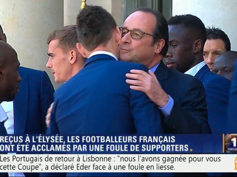 Les Bleus à l'Elysée : pourquoi François Hollande n'a embrassé que Laurent Koscielny