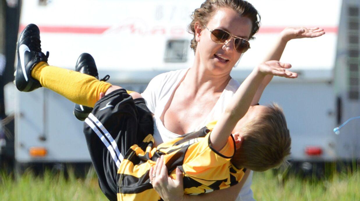 DIAPO Britney Spears en mère modèle au match de foot de ses fils