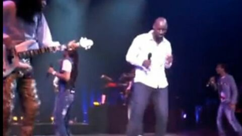 VIDEO Omar Sy monte sur scène en plein concert des Earth Wind & Fire
