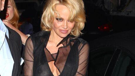 PHOTOS Pamela Anderson seins nus pour un dîner entre amis