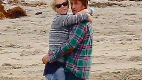 PHOTOS Charlize Theron et Sean Penn: l'amour à la plage