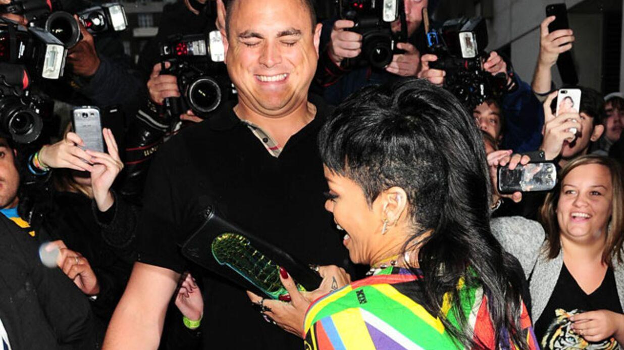 DIAPO Rihanna s'amuse avec son garde du corps et un sac zizi (si si)