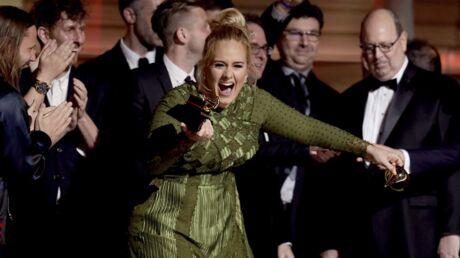 PHOTOS Grammy Awards: Adele casse son trophée en deux et le partage avec Beyoncé