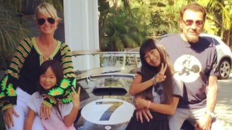 VIDEO Johnny Hallyday aux anges: il s'est offert la voiture de ses rêves